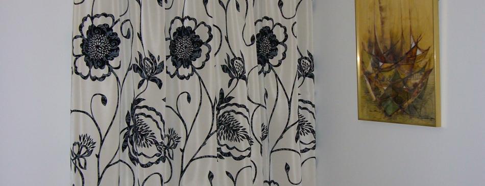 comment habiller votre porte d 39 entr e avec un rideau int rieurs. Black Bedroom Furniture Sets. Home Design Ideas