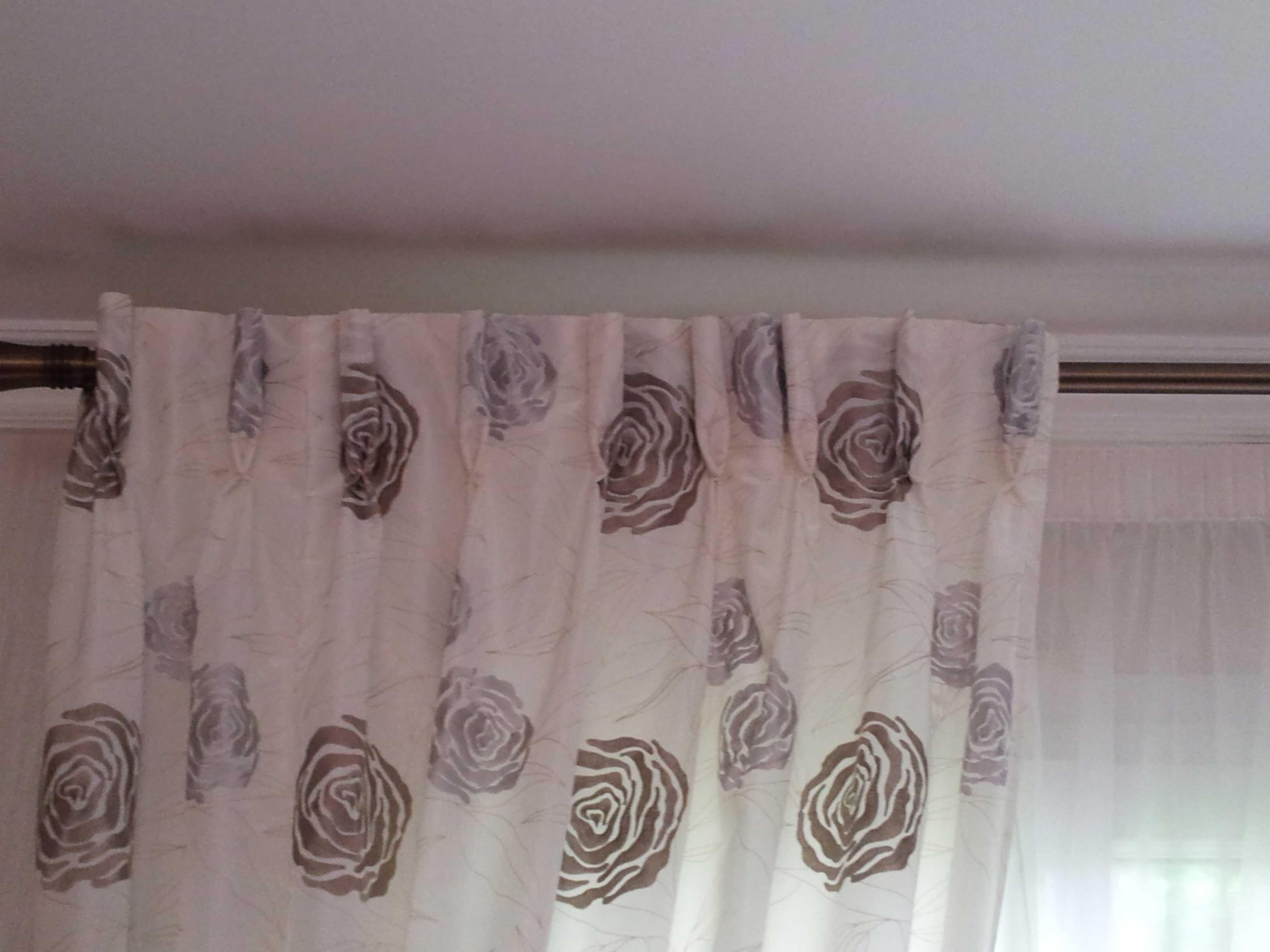installation classique de voilages et doubles rideaux sur une double barre int rieurs. Black Bedroom Furniture Sets. Home Design Ideas